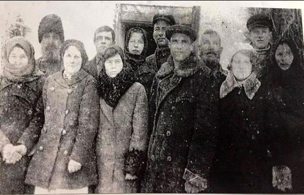 29 січня 1939 року, річниця шлюбу Скрипник Марфи Макарівни та Скрипника Кузьми Даниловича (в центрі), вчителів Гопчицької школи