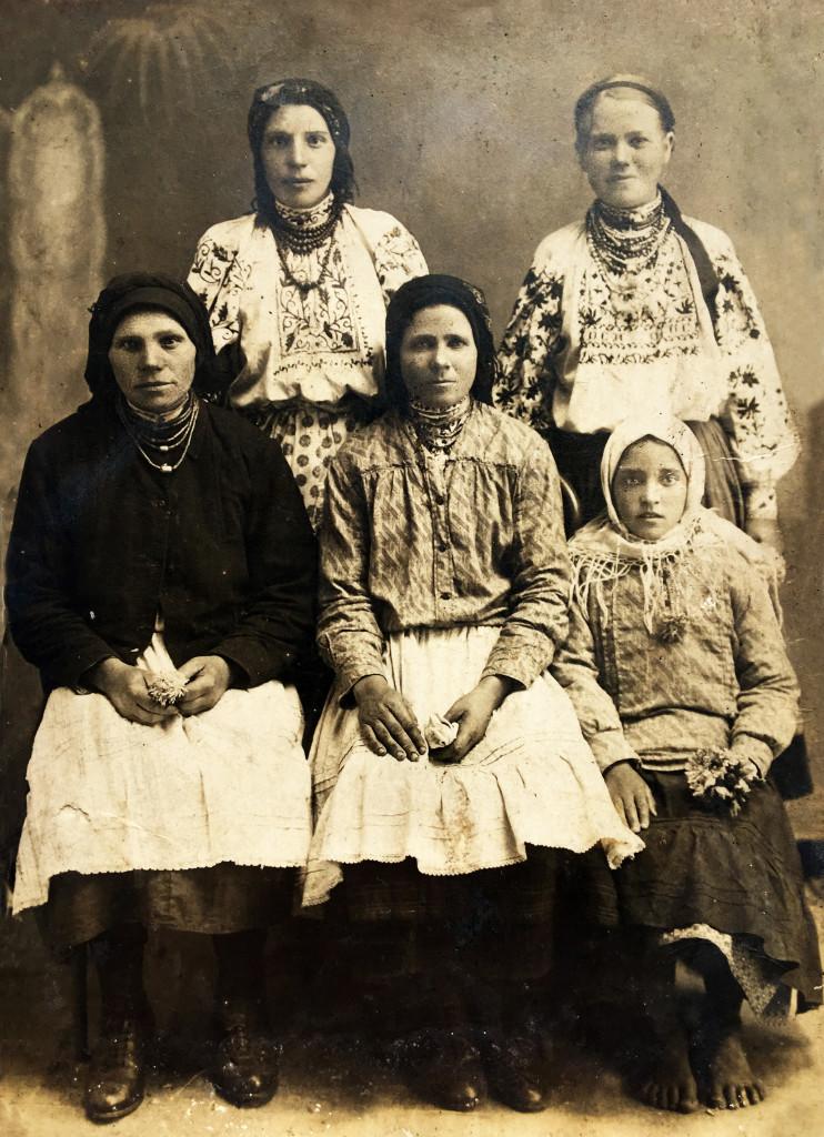 Сидить праворуч Носик Поля (в білій хустці), сидить по-центру Носик Настя, стоять ззаду - ліворуч Носик Гелена і Тодоска