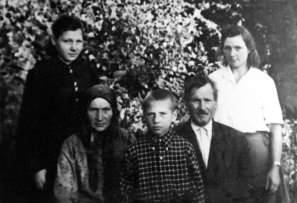 Науменко Петро Хомович з родиною. Учасник Першої світової війни, нагороджений 3-ма хрестами і 6-ма медалями.