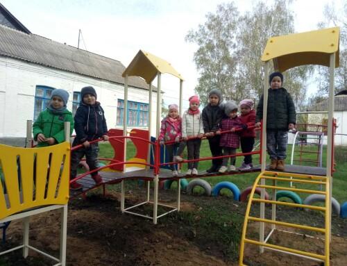 В Гопчиці встановили два дитячих майданчики