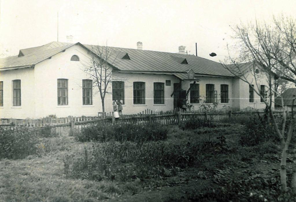 Головний корпус гопчицької школи, в якому під час Другої світової розміщувались німецькі солдати з родинами і були влаштовані конюшні