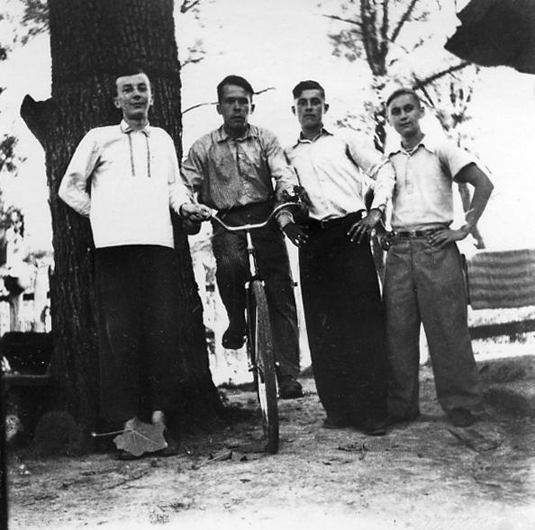 Крайній ліворуч Іван Касян, крайній праворуч Дмитро Саліженко