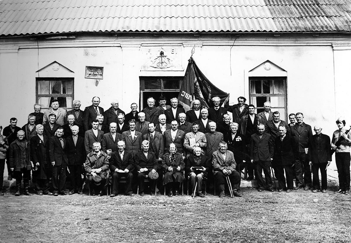 Учасники Другої світової війни зустрічають бойовий прапор 318 полку, який звільнив Гопчицю в кінці 1943 року, фото зроблене в липні 1984 року