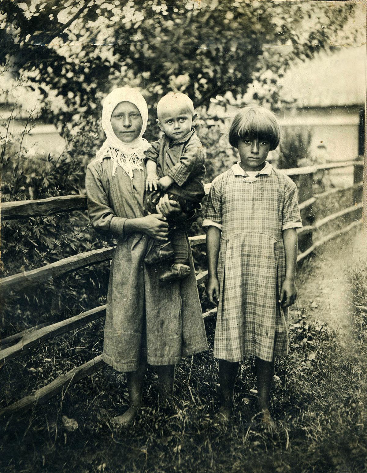Сидить на руках Саліженко Дмитро Олександрович, праворуч Аня Вальчук, 1938 рік
