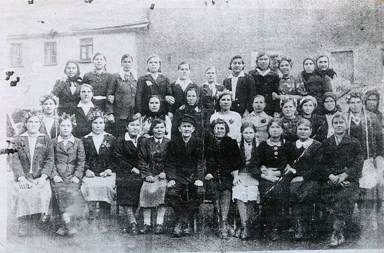 Гопчицькі дівчата-остарбайтери, яких влітку 1942 року забрали з села на роботи в Німеччину, повернулись вони назад у 1945 році. Фото було зроблено на мануфактурі у липні 1943 року в місті Райхенбах неподалік Дрездена. Верхній ряд: 2 -